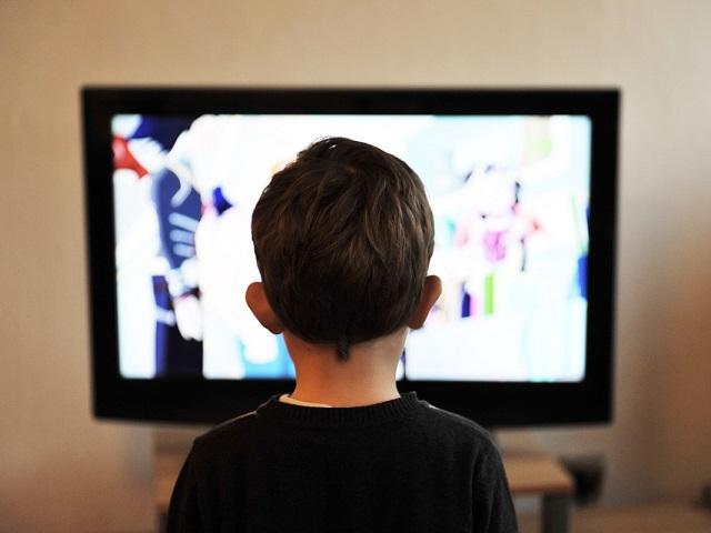國小生整天只想玩、看電視?上了國中跟不上課業?親職專家這樣說...